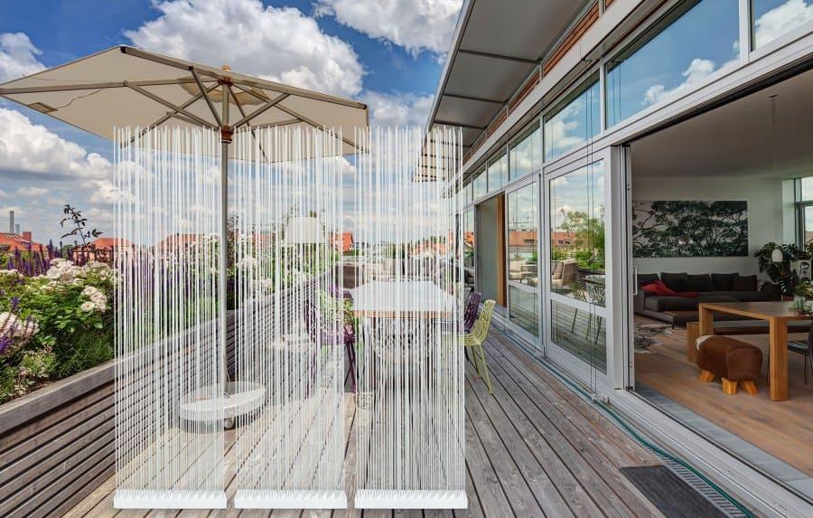 Weisse Stäbe und Stangen als Sichtschutz für die Terrasse und Balkon