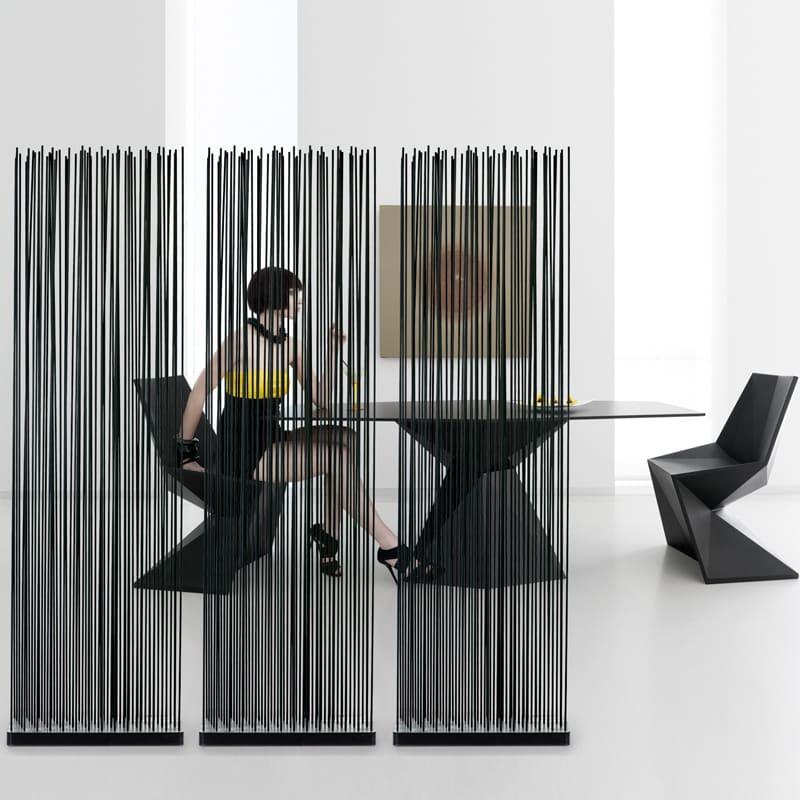 Moderne Tische uns Stühle für die Terrasse mit Sichtschutz Stäbe